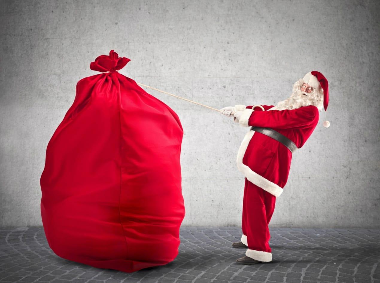 100 к 1 - Что делает дед мороз, после того как разнесёт подарки? 33